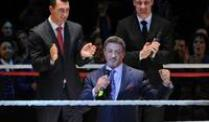 Sylvester Stallone (m) und die Boxer Vitali (r) und Wladimir Klitschko beim Schlussapplaus der Premiere des Musicals &quot;Rocky&quot;.