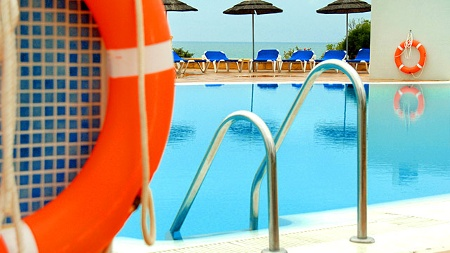 DRV testet Sicherheit in Hotel-Pools (Quelle: imago)