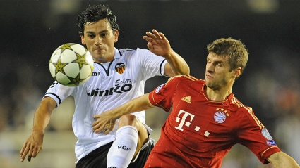Thomas Mller vom FC Bayern (re.) bedrngt Valencias Ever Banega. (Quelle: dpa)