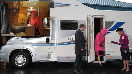 Queen Elizabeth dreht eine Runde im Wohnmobil. (Quelle: dapd)