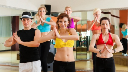 Eine Zumba- Gruppe in Aktion. (Quelle: Thinkstock by Getty-Images)