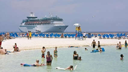 "Die ""Majesty of the Seas"" vor Coco Cay, der zu den Bahamas zählenden Privatinsel von Royal Caribbean Cruises. (Quelle: SRT \Franz Neumeier)"