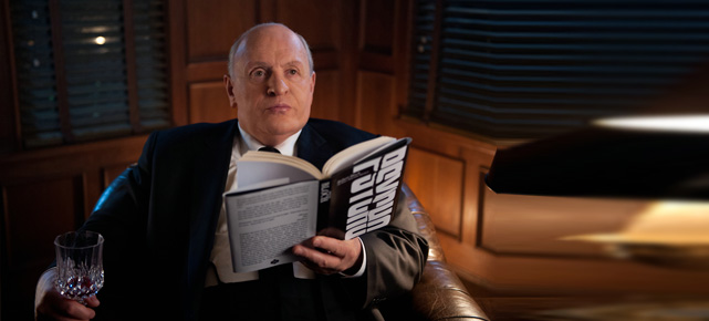 "Alfred Hitchcock (Anthony Hopkins) ist begeistert vom Roman ""Psycho"". (Quelle: 20th Century Fox)"