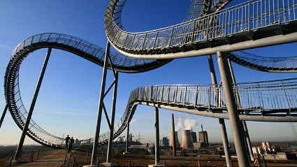 Begehbare Achterbahn - das Kunstwerk &quot;Tiger &amp; Turtle - Magic Montain&quot; steht im Duisburger Angerpark. (Quelle: dpa/tmn)