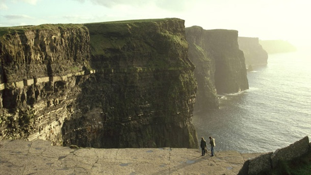 Irland: Die Cliffs of Moher - spazieren am Abgrund. Raue Naturschönheit: Die Cliffs of Moher in Irland. (Quelle: imago)