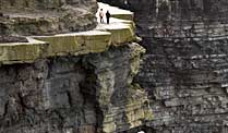 Spaziergänger an den Cliffs of Moher in Irland (Quelle: Thinkstock by Getty-Images)