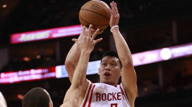 NBA: Rekordmatch zwischen Houston Rockets und Golden State Warriors. Houstons Top-Scorer Jeremy Lin (re.) beim Sprungwurf gegen Stephen Curry von den Warriors. (Quelle: imago/Xinhua)