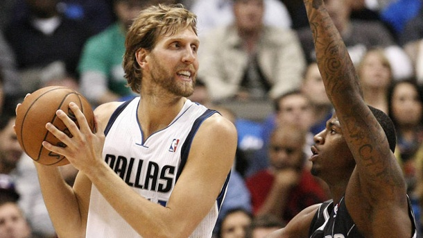 NBA: Dallas Mavericks siegen klar gegen Orlando Magic. Dirk Nowitzki (li.) von den Dallas Mavericks im Duell mit DeQuan Jones von den Orlando Magic.  (Quelle: imago/ZUMA Press)