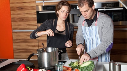 Ein Mann und eine Frau kochen gemeinsam Kohlsuppe (Quelle: Thinkstock by Getty-Images)