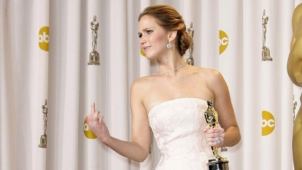 Jennifer Lawrence hlt den Stinkefinger in die Oscar-Kameras. (Quelle: WENN)