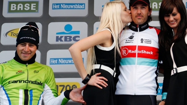 Peter Sagan begrabscht Renn-Hostess bei Siegerehrung. Peter Sagan vergreift sich an dem blonden Podiums-Girl. (Quelle: Reuters)