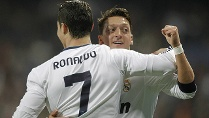 Mesut Özil (re.) bejubelt das Führungstor durch Real-Star Cristiano Ronaldo. (Quelle: imago/Alterphotos)