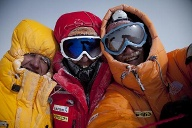 Simone Moro, Denis Urubko und Cory Richards am Gasherbrum II. (Quelle: Cory Richards / The North Face)
