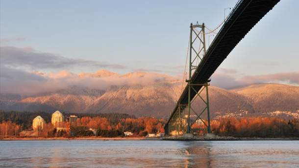 Vancouver: Urlaub-Tipps für Outdoorer in Kanada.  Vancouver: Lions Gate Bridge und Grouse Mountain. (Quelle: Thinkstock by Getty-Images)