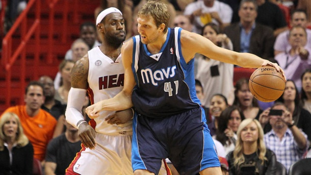 "NBA-Star LeBron James adelt Dirk Nowitzki: ""Absoluter Führungsspieler"". LeBron James (li.) gegen Dirk Nowitzki.  (Quelle: imago/ZUMA Press)"