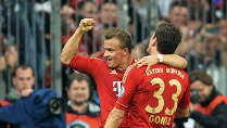 Die Helden des Abends: Xherdan Shaqiri (hinten) und Mario Gomez. (Quelle: dpa)