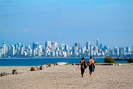 Surfen am Strand von Vancouver, Kanada. (Quelle: Thinkstock by Getty-Images)