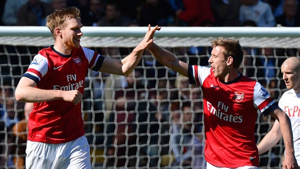 . Per Mertesacker (li.) trifft für Arsenal. (Quelle: Reuters)