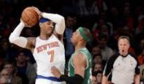 New York Knicks gewinnen emotionalen Playoff-Auftakt. Carmelo Anthony (l) von den New Yorks Knicks foppt Celtics-Forward Paul Pierce.