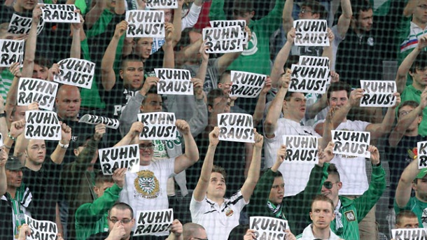 Rapid Wien: Anhänger mauern Geschäftsstelle zu. Klare Botschaft der Rapid-Fans an die Vereinsführung: Manager Kuhn soll gehen. (Quelle: imago\GEPA Pictures)