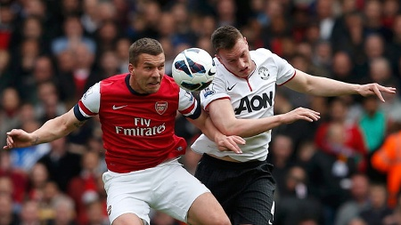 Arsenals Lukas Podolski (li.) im Duell mit Phil Jones von Manchester United. (Quelle: Reuters)