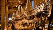 Schwedens &quot;Vasa&quot; lichtete 1628 ihre Anker, um gleich darauf zu sinken. Das Schiff konnte geborgen werden und steht heute in einem Museum (Quelle: dpa)