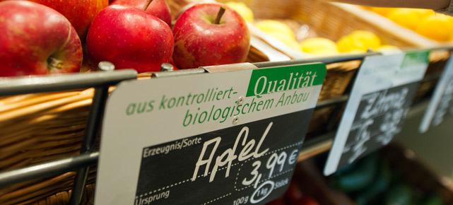 Apfel statt Abflussreiniger: Das Sortiment in einigen Ex-Schlecker-Lokalen hat sich sehr gendert. (Quelle: dpa)