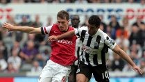Newcastles Hatem Ben Arfa (re.) setzt sich gegen Arsenals Aaron Ramsey durch. (Quelle: dpa)