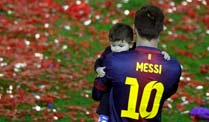Lionel Messi trgt seinen Sohn Thiago durch das Stadion von Barcelona. (Quelle: Reuters\Albert Gea )