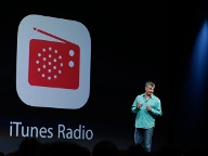 Eddy Cue, Apples Chef für Internet-Software, stellte den Musik-Streamingdienst iTunes Radio vor. Kooperationen mit Sony Music und großen Music Labels ließen diesen Schritt bereits vermuten. (Quelle: AP/dpa/Eric Risberg)
