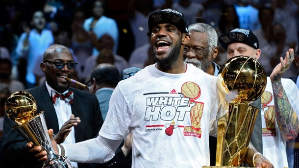 NBA-Playoffs 2013: LeBron James sichert Miami Heat den Meistertitel. Miamis LeBron James hält die beiden Trophäen: links die des MVP, recht die des Meisters. (Quelle: dpa)