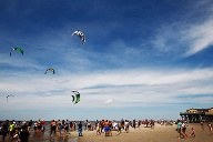 Beetle Kitesurf World Cup: Der Mix aus Extremsport und Festival-Feeling am Strand. (Quelle: HOCH ZWEI / Philipp Szyza)