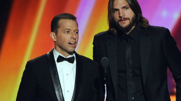 """Two And A Half Men"": Ashton Kutcher verdient 750.000 Dollar pro Folge. Ashton Kutcher (re.) und Jon Cryer sahnen richtig ab.  (Quelle: dpa)"