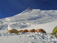Camp 2 am Manaslu. Im Hintergrund: East Pinnacle. (Quelle: Andreas Friedrich )
