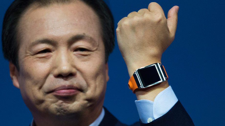 Samsung-Manager Shin Jong-kyun präsentiert die Smart Watch Galaxy Gear (Quelle: dpa)