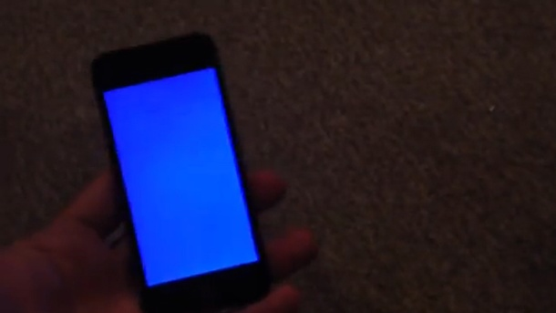 "iPhone 5s: ""Bluescreen des Todes"" nervt Apple-Kunden. Bluescreen auf dem iPhone 5s (Quelle: Screenshot YouTube)"