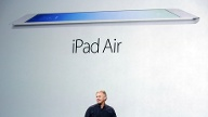 Phil Schiller zeigt das iPad Air (Quelle: Reuters)