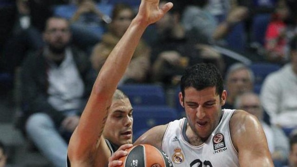 Bamberg kassiert herbe Euroleague-Pleite in Madrid. Bambergs Maik Zirbes (l) im Duell mit Real Madrids Ioannis Bourousis.