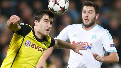 Sokratis am Ball, Marseilles André-Pierre Gignac dahinter  (Quelle: Reuters)