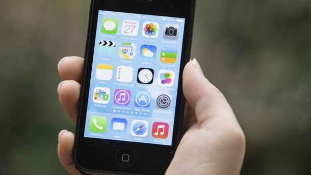 iOS 8.0.2: Apple bessert iPhone, iPad und Co. aus . iPhone liegt in Hand (Quelle: Thinkstock by Getty-Images)