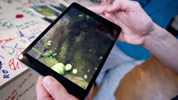 "Games Week Berlin: Mobile Games boomen. International Games Week Berlin: Ein Gamer spielt das Spiel ""Globosome"" des Entwicklers Navel auf einem Tablet-Computer. (Quelle: dpa)"