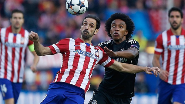 Champions League: Chelsea mit torlosem Remis bei Atletico. Fixpunkt Ball: Madrids Juanfran (links) und Willian vom FC Chelsea sind voll auf das Spielgerät konzentriert. (Quelle: AP/dpa)