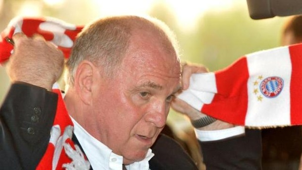 Hoeneß legt Mitgliedschaft in Hall of Fame nieder. Uli Hoeneß legt seine Mitgliedschaft in der Hall of Fame nieder.