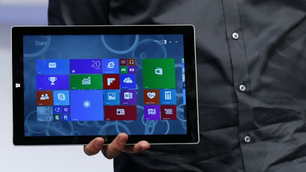 Microsoft Surface Pro 3 schwingt sich zum Laptop-Ersatz auf. Panos Panay, Microsoft-Spartenchef für die Surface-Tablets, präsentiert das neue Surface Pro 3 in New York. (Quelle: Reuters)