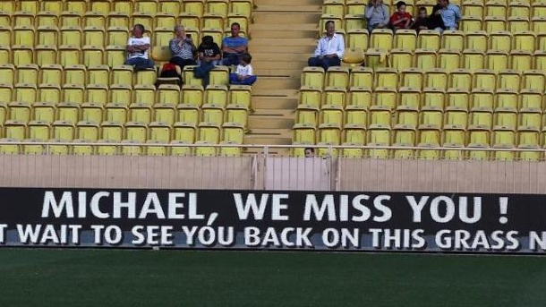 "Michael Schumacher erntet Mitgefühl bei Benefiz-Kick. Beim Benefiz-Spiel der Formel 1 in Monaco steht auf einem Banner: ""Michael, we miss you! We can't wait to see you back on thi grass next year""."