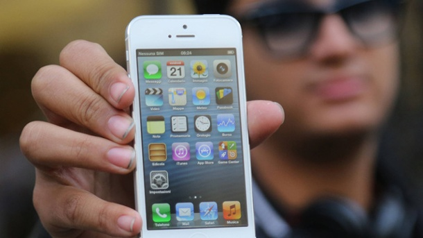 Hacker knacken 12.000 iPhones und iPads in wenigen Minuten. Hand hält iPhone 4s (Quelle: imago/UPI Photo/Symbolbild)