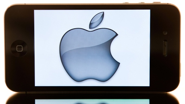 iOS 8: Knipst Apples iPhone bald die Lichter aus?. Apple iPhone mit Apple-Logo (Quelle: dpa)