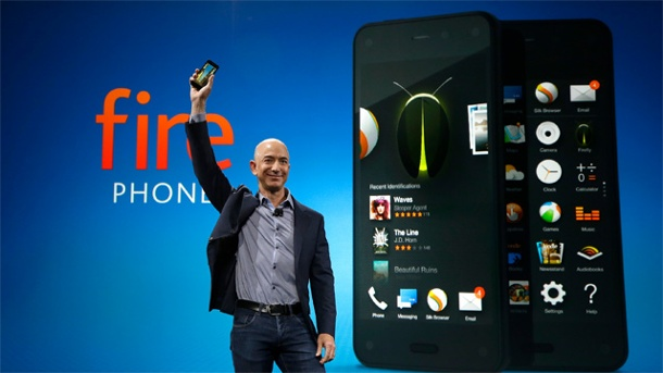 Amazon Fire Phone tritt gegen Apple iPhone und Android-Smartphones an. Amazon-Chef Jeff Bezos präsentiert das Fire Phone. (Quelle: AP/dpa)