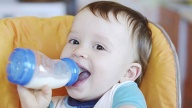 Kombination aus Flasche- und Muttermilch (Quelle: Thinkstock by Getty-Images)