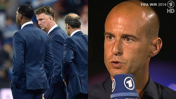 ARD-Experte Mehmet Scholl kritisiert Taktik-Fuchs Louis van Gaal. Mehmet Scholl lässt kein gutes Haar an Hollands Trainer Louis van Gaal. (Quelle: imago/Screenshot ARD)
